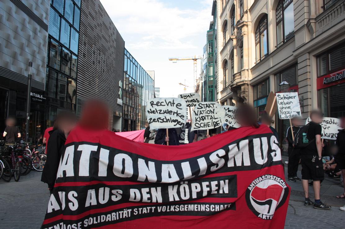 Transparent: Nationalismus raus aus den Köpfen - Grenzenlose Solidarität statt Volksgemeinschaft