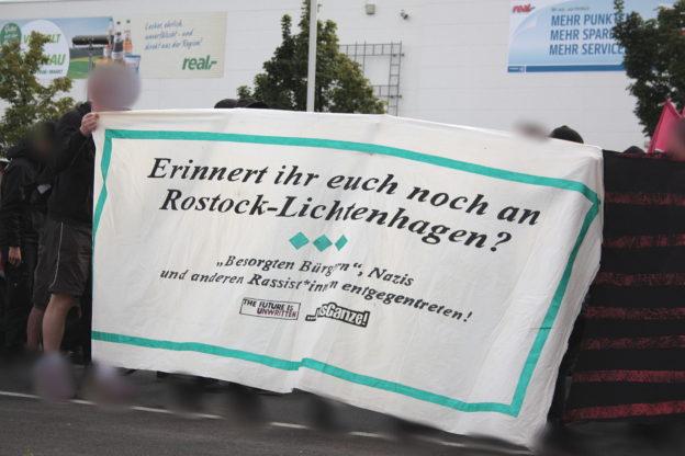 """Transparent: """"Erinnert ihr euch noch an Rostock-Lichtenhagen? """"Besorgten Bürgern"""", Nazis und anderen Rassist*innen entgegen treten. the future is unwritten. um's Ganze"""""""